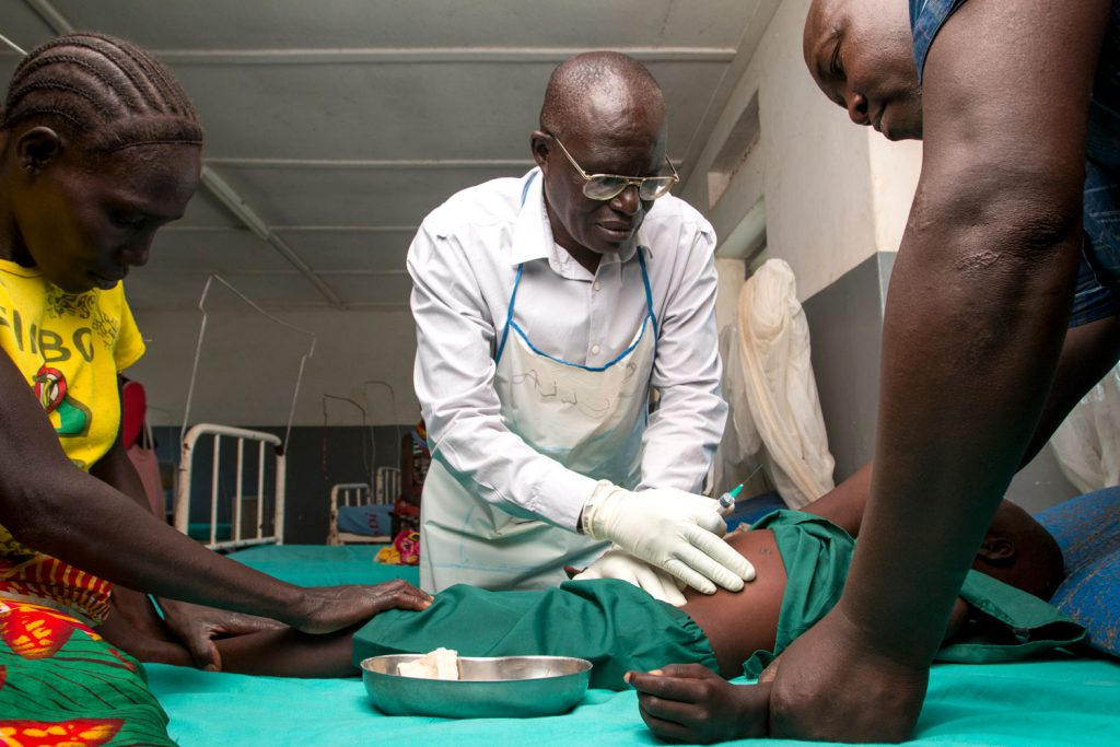 Docteur examination of a child